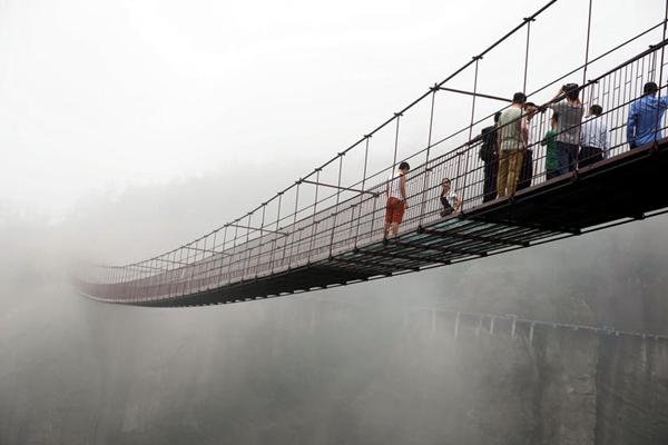Thử cảm giác mạnh tại cây cầu thủy tinh ở Hồ Nam